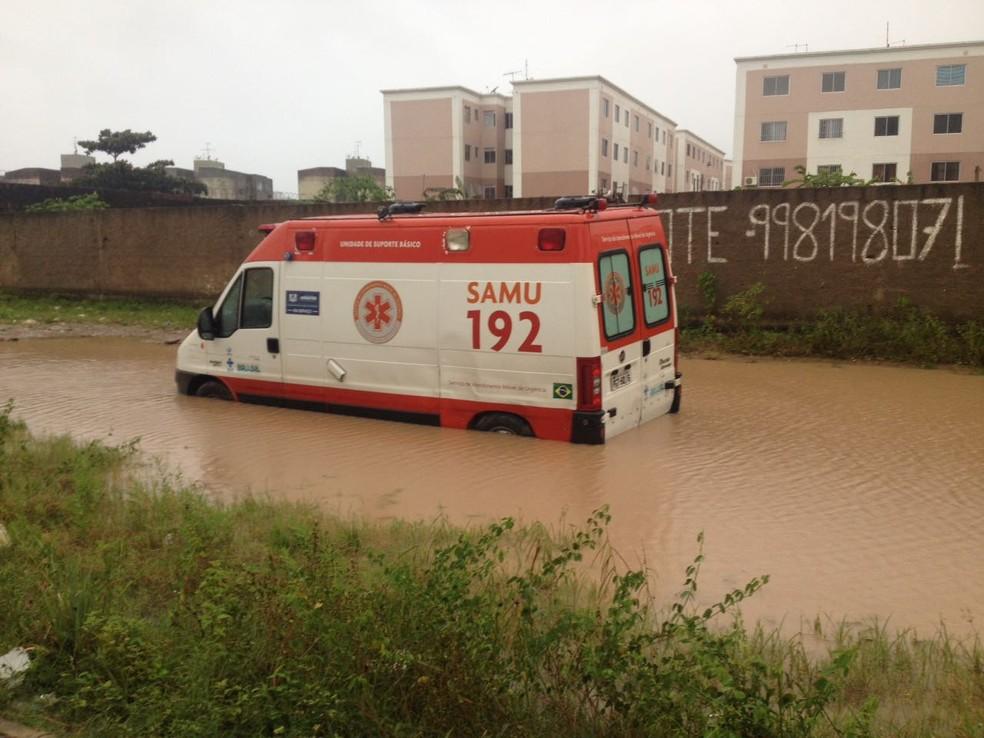 Ambulância ficou atolada em poça de lama em Jaboatão dos Guararapes, no Grande Recife (Foto: João Batista de Souza/WhatsApp)
