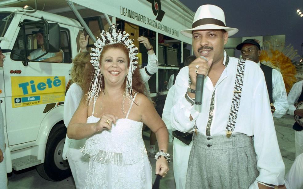 A cantora Beth Carvalho e o sambista Tobias durante desfile da escola de samba Vai-Vai, campeã do Carnaval de São Paulo em 1996 — Foto: Silvio Ribeiro/Estadão Conteúdo/Arquivo