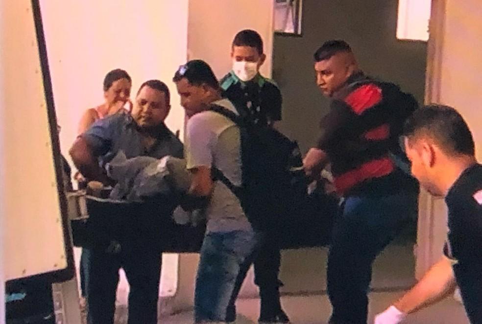 IML inicia remoção de corpos de mortos pela PM na madrugada, em Manaus — Foto: Reprodução/Rede Amazônica