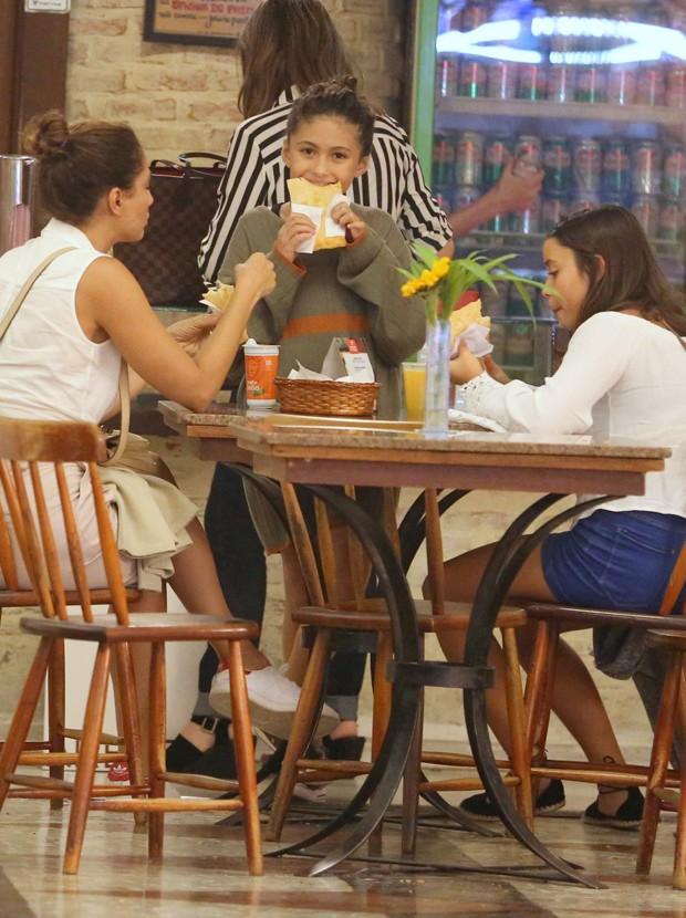 Camila Pitanga e a filha, Antonia, lancham com amiga (Foto: AgNews)