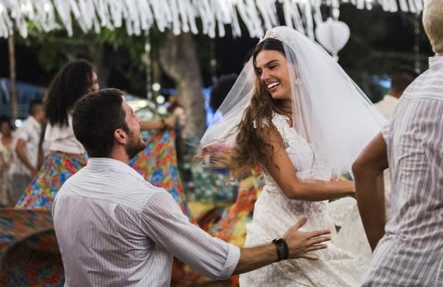 Zeca e Ritinha namoram desde crianças, mas, no dia do casamento, o rapaz tenta atirar na noiva por acreditar que ela o traiu com Ruy (Foto: TV Globo)