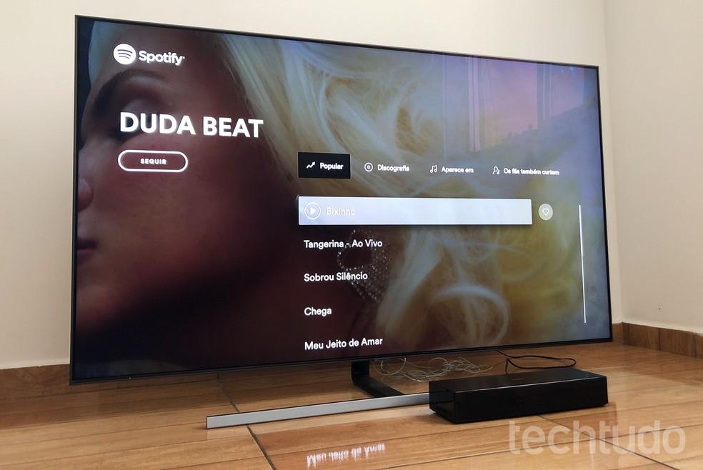TV tem boa imagem e vem com aplicativos de música e vídeos instalados — Foto: Tainah Tavares/TechTudo