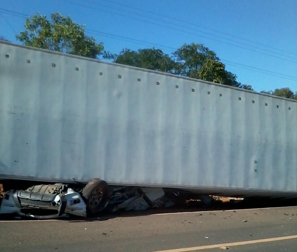Motorista do caminhão disse que acabou tombando o caminhão quando tentou desviar da ultrapassagem da caminhonete (Foto: Divulgação/PRF)
