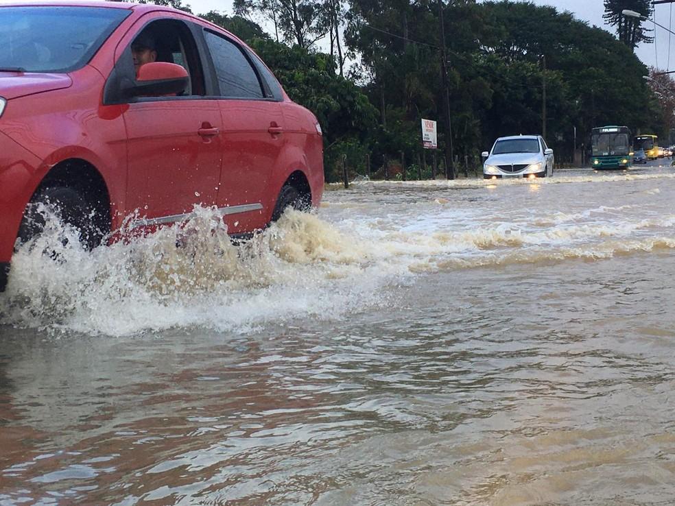Motoristas enfrentaram pontos de alagamento em São José, na Grande Florianópolis — Foto: Ana Vaz/ Divulgação