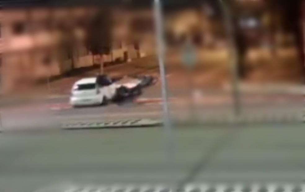 Motoboy ficou gravemente ferido e motorista fugiu do local. — Foto: Reproducão/Câmera de Segurança