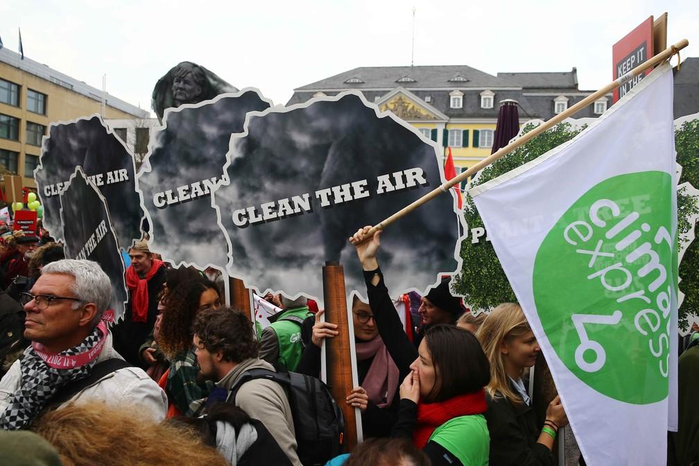 Imagem mostra protesto em Bonn, na Alemanha, no sábado (4). Cidade será sede das negociações da COP-23 (Foto: Reuters)