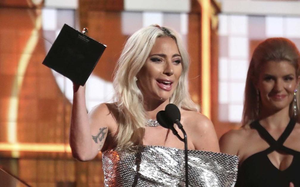 """Lady Gaga recebe o prêmio de Melhor Duo Pop ou Performance de Grupo, por """"Shallow"""", no Grammy 2019, em Los Angeles — Foto: Matt Sayles/Invision/AP — Foto: Matt Sayles / Invision / AP Photo"""