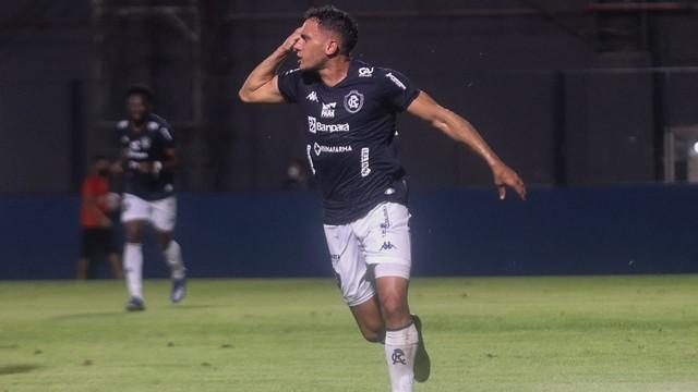Renan Gorne marca o gol do Remo contra o Brasil de Pelotas