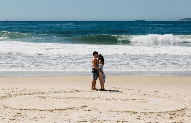 Em uma das últimas cenas da novela, Marocas (Juliana Paiva) e Samuca (Nicolas Prattes) aparecerão juntos na Ilha Vermelha, onde se conheceram, na estreia na trama (Foto: Reprodução)