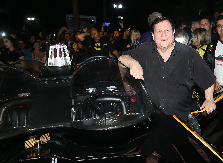 O ator Burt Ward com o Batmóvel da série Batman e Robin (Foto: Getty Images)