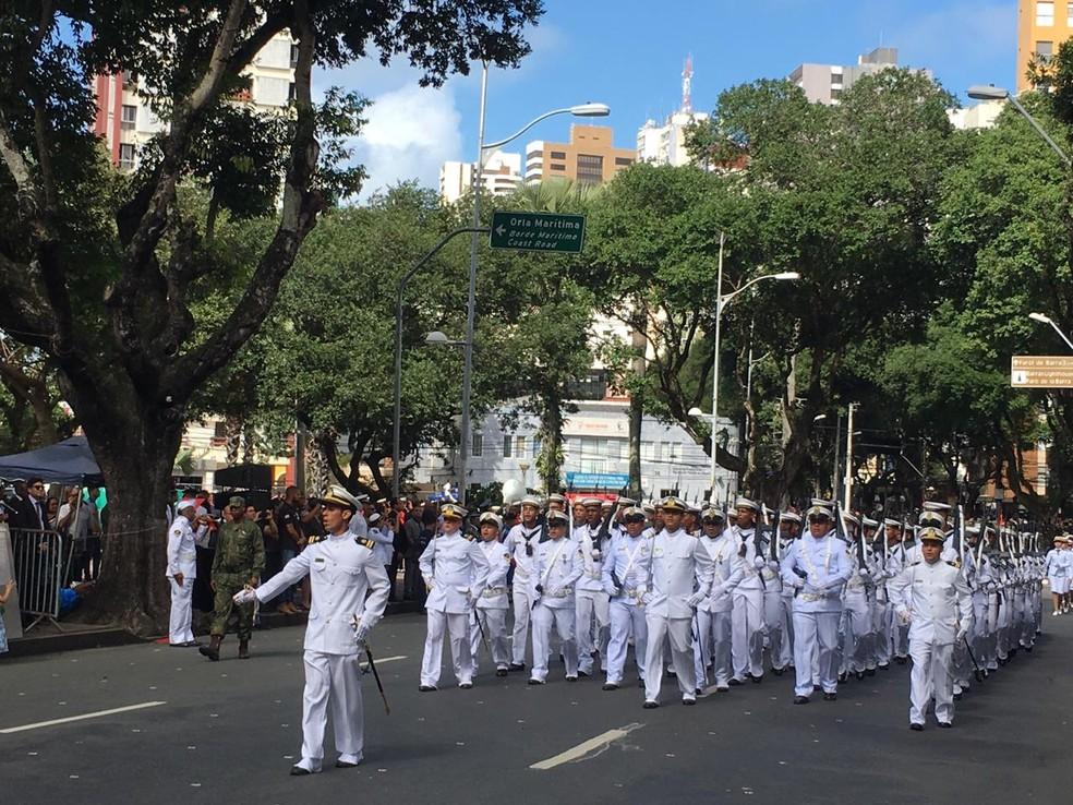 Tropa masculina da Marinha do Brasil durante desfile no 7 de setembro, em Salvador — Foto: João Souza/ G1