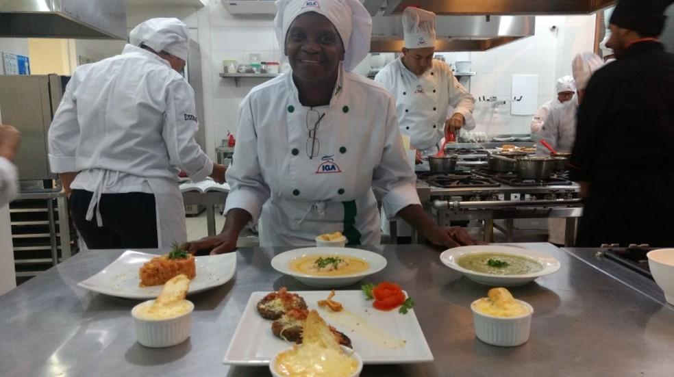 Mesmo com desafios, aluna de curso de culinária afirma que quer continuar estudos e afirma que não há idade para aprender — Foto: Reprodução/Arquivo pessoal
