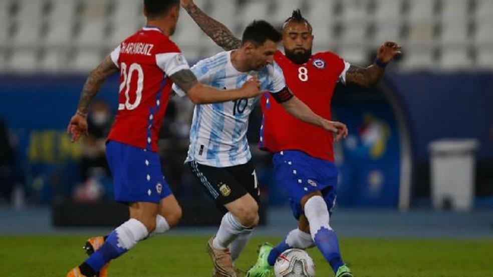 Argentina x Chile - Messi e Vidal em campo — Foto: Getty Images