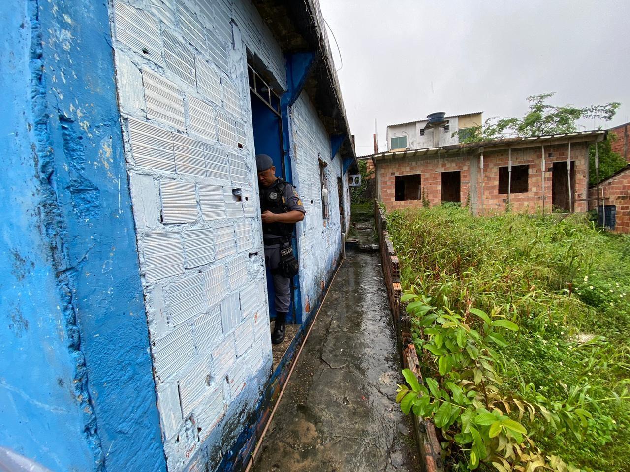 Homem é morto a facadas dentro de casa durante a madrugada na Zona Leste de Manaus