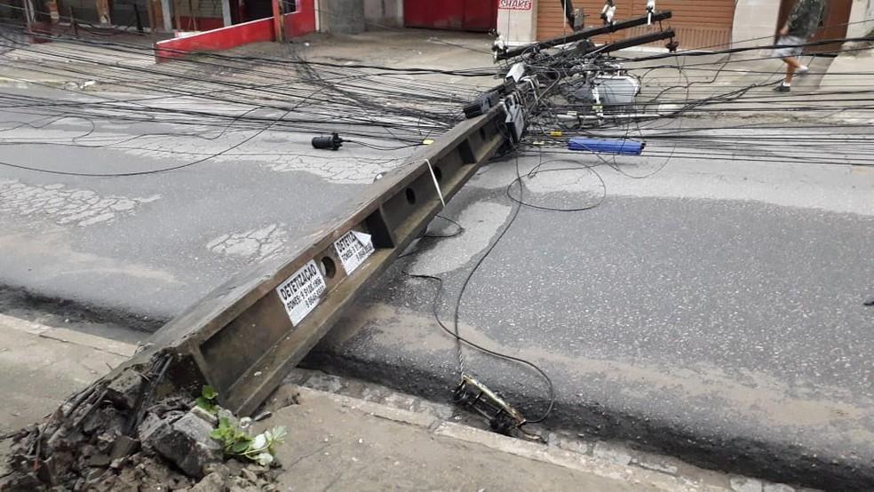 Poste caiu no bairro de Cavaleiro, em Jaboatão dos Guararapes, na Região Metropolitana do Recife, nesta quinta-feira (20) — Foto: Valdi Gomes/WhatsApp