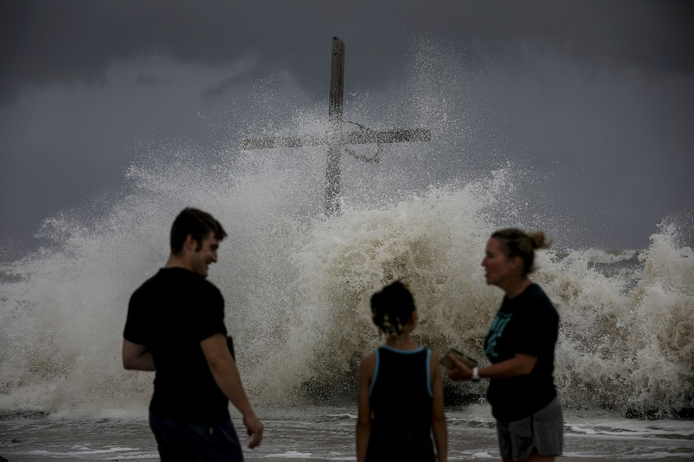 Ondas se formam em High Island, no Texas, nesta quarta-feira (26). — Foto: Jon Shapley/Houston Chronicle via AP