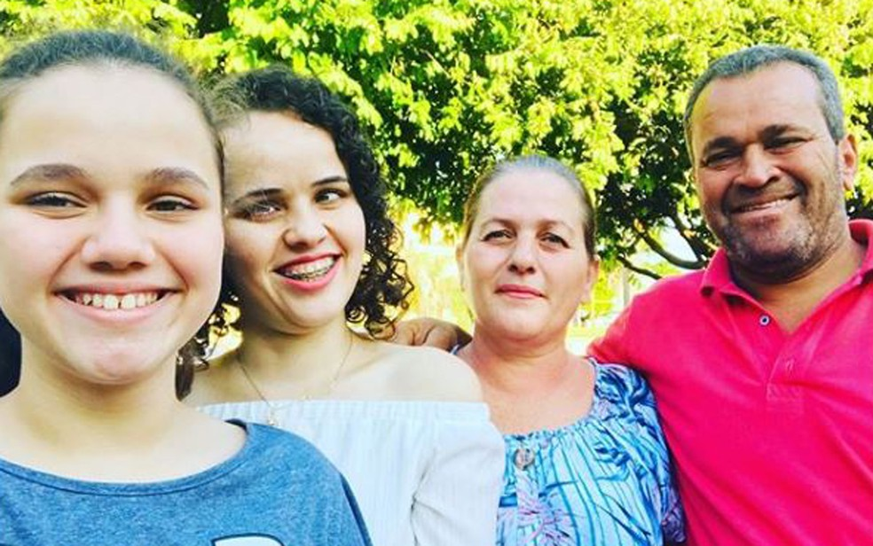 Mayra Ribeiro de Oliveira entre os pais e a irmã caçula Ribeirão Preto — Foto: Arquivo pessoal