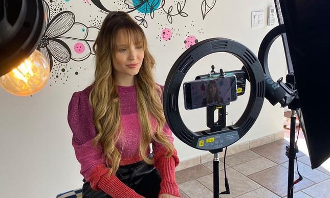 Dry aposta me chip de internet com a atriz e cantora Larissa Manoela