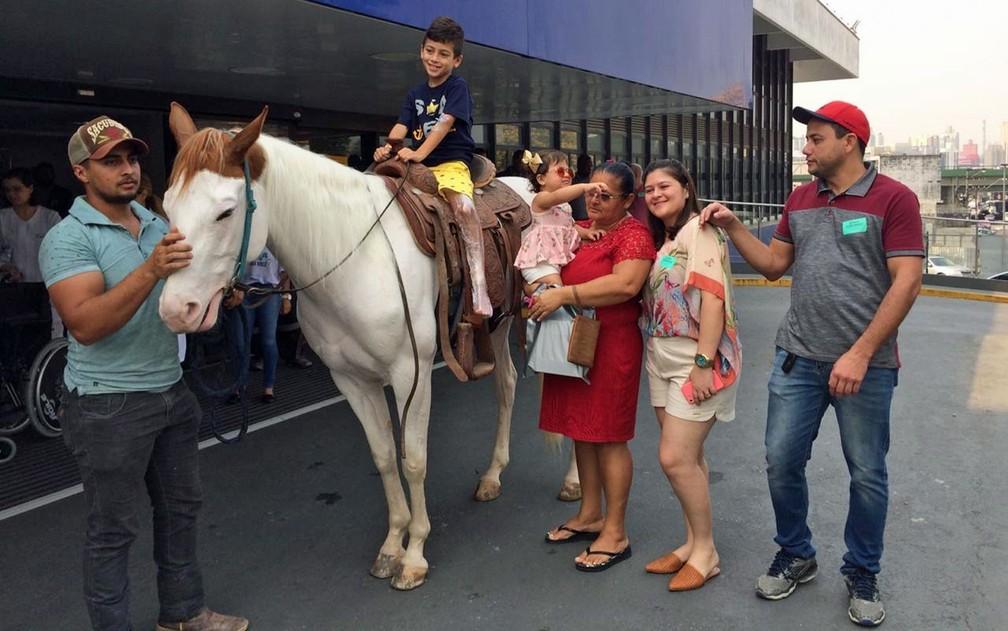 Yuri com os pais e a égua que foi visitá-lo no Hospital Assunção — Foto: Glauco Araújo/G1