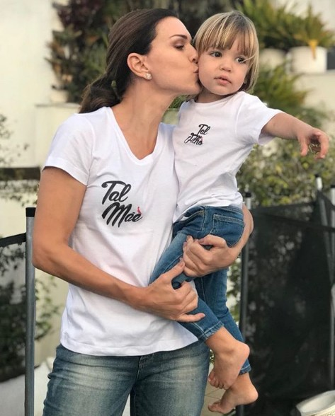 Adriana Garambone com o filho (Foto: Reprodução)