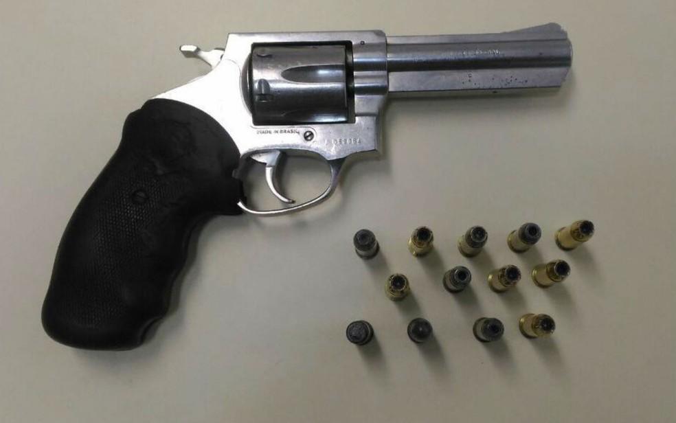 Arma encontrada na casa de PM reformado que foi preso nesta terça-feira (1°), em Salvador (Foto: Divulgação/Polícia Civil)