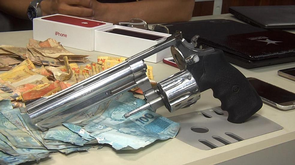 Com os suspeitos foram encontrados dinheiro, armas, cheques e produtos eletroeletrônicos. (Foto: Leandro Silva/TV Verdes Mares)