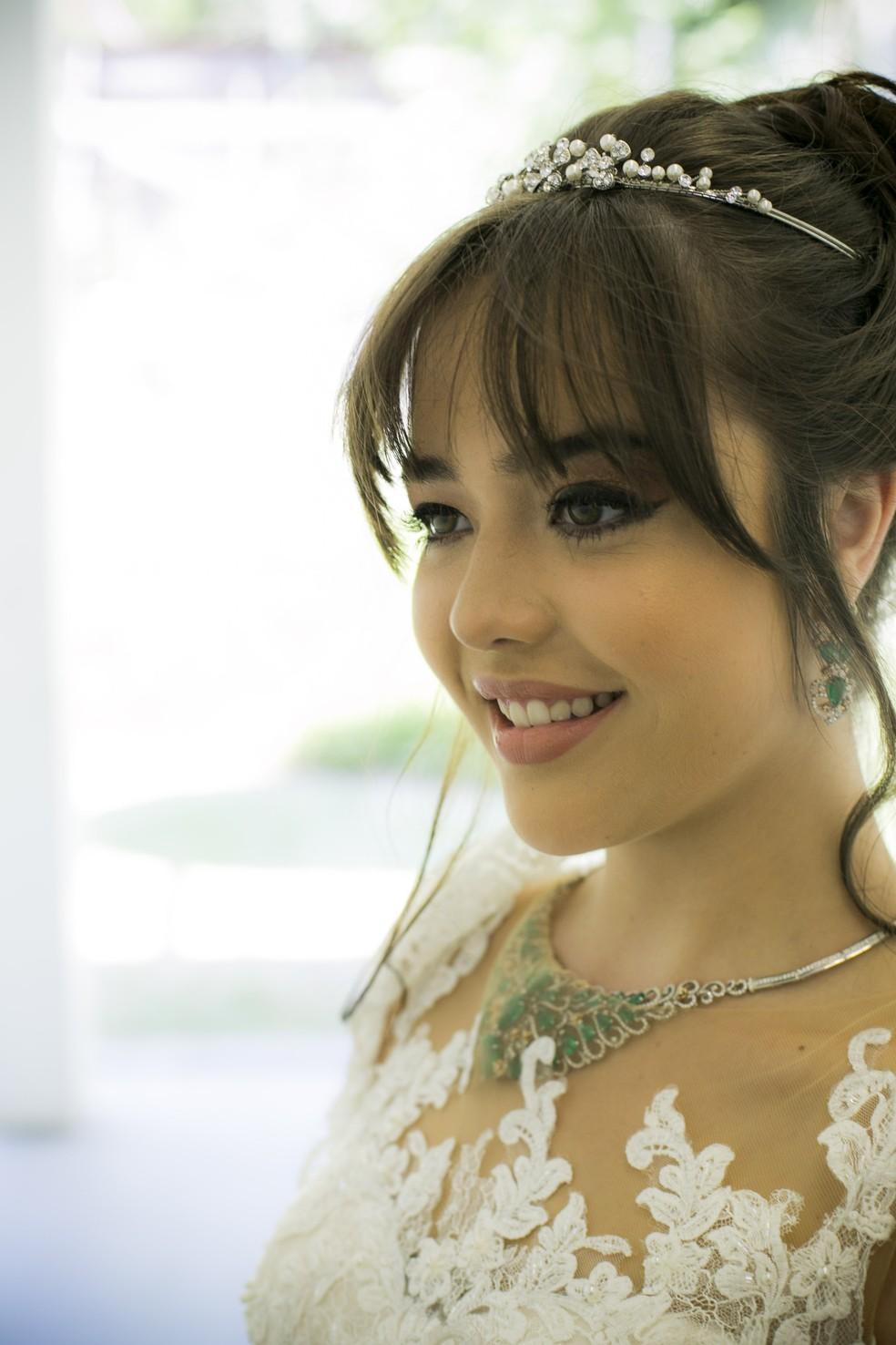 Ao invés da tradicional grinalda, opção foi uma romântica tiara (Foto: Raphael Dias/Gshow)