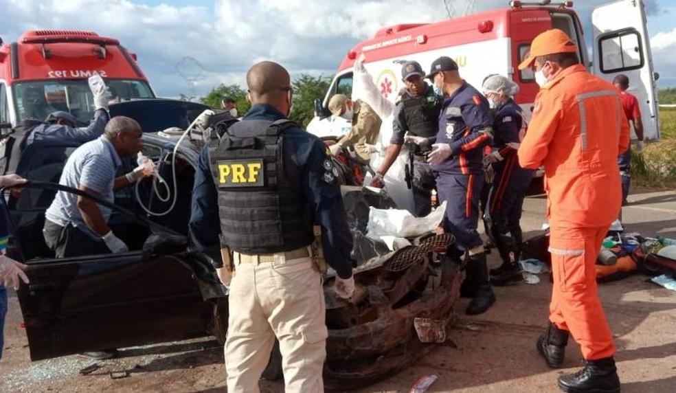 Os quatro ocupantes do Corsa Classic ficaram gravemente feridos — Foto: PRF/Divulgação