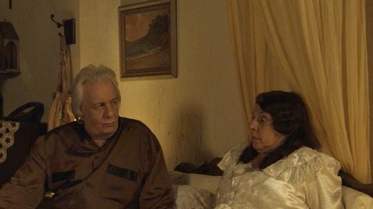 Eponina e Pandolfo caem da cama em plano de Cunegundes para o 'cegonho' parar de voar