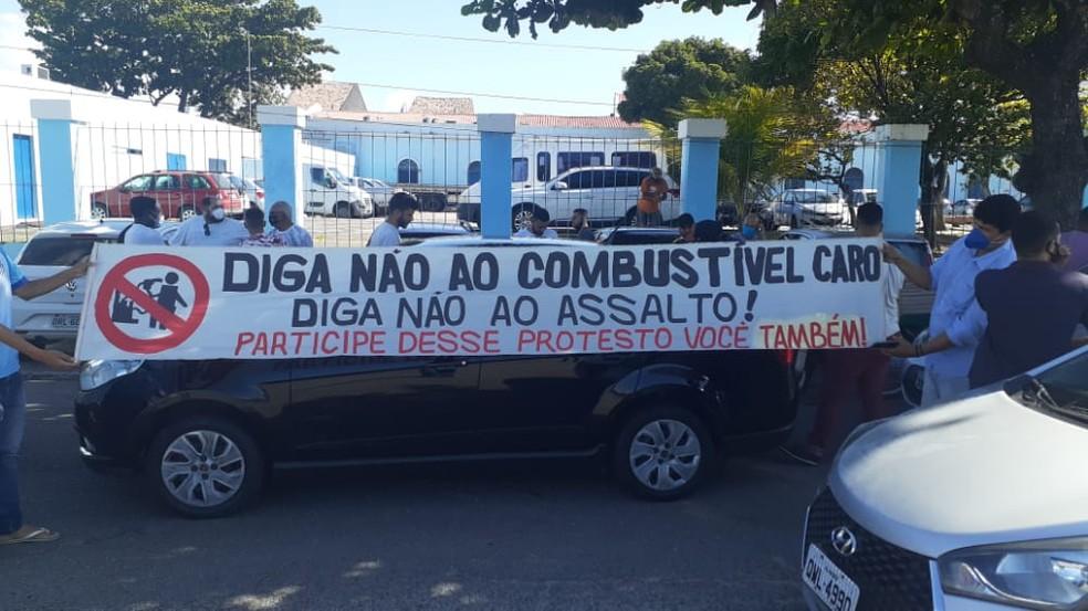 Motoristas se reúnem no estacionamento de Jaraguá, em Maceió, em protesto contra aumento no preço de combustíveis — Foto: Glaucio Sacalina/Arquivo pessoal