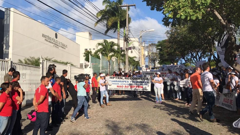 Empregados da Guararapes protestam contra ação que pede indenização por descumprimento de leis trabalhistas (Foto: Michele Rincon/Inter TV Cabugi)