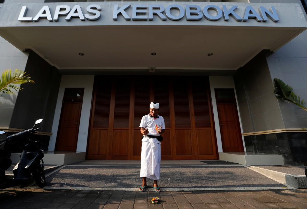 Americano foge de prisão em Bali usando escada e corda