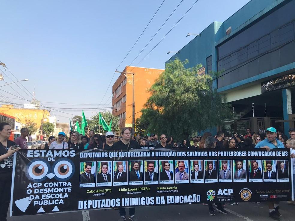 Campo Grande, 9h: manifestantes em caminhada por ruas de Campo Grande — Foto: Cláudia Gaigher/TV Morena