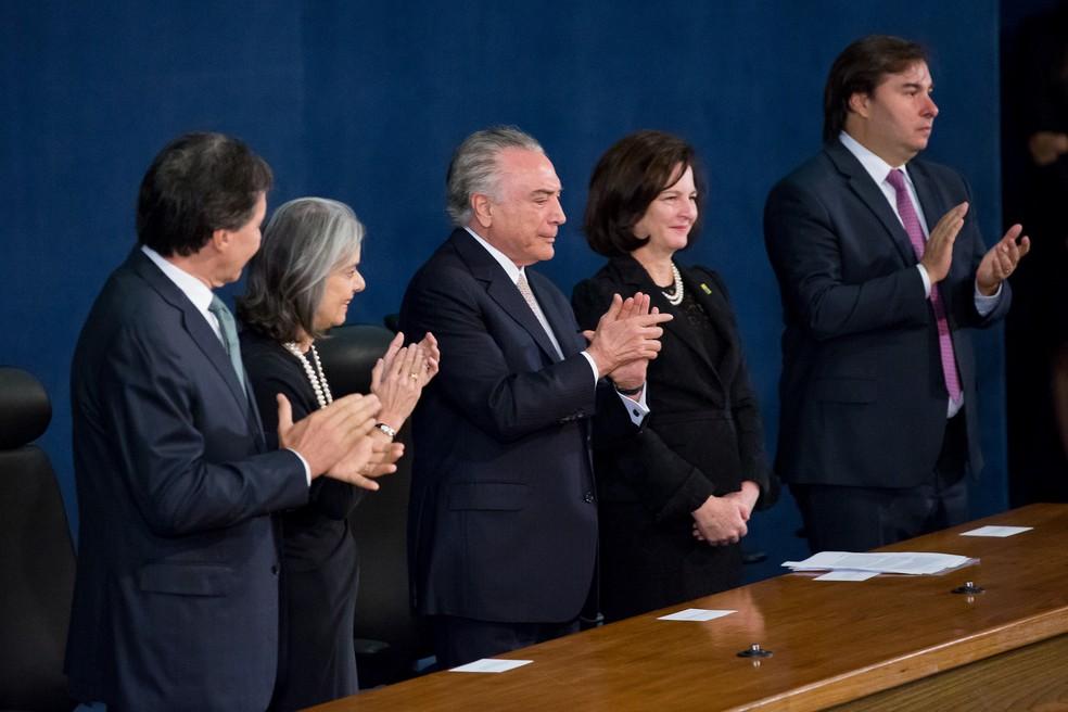 Raquel Dodge ao lado dos presidentes da República, da Câmara, do Senado e o Supremo Tribunal Federal (Foto: Foto: MPF)