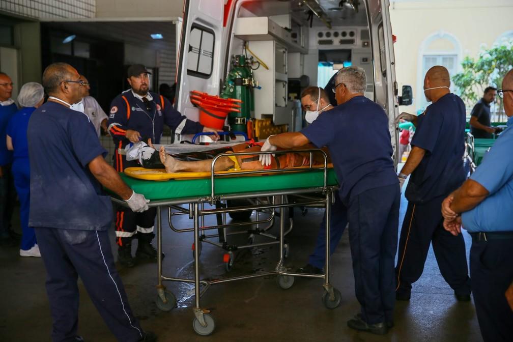 Ferido socorrido de prédio chega ao Instituto Dr. José Frota, em Fortaleza — Foto: Camila Lima/SVM