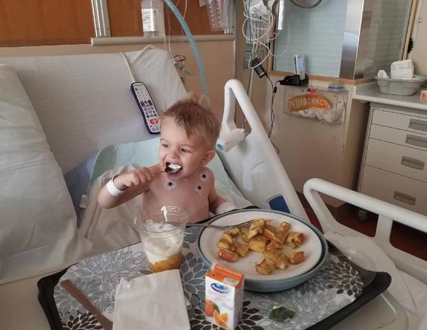 O menino se recuperou bem, depois de dois procedimentos cirúrgicos (Foto: Reprodução/ Facebook)