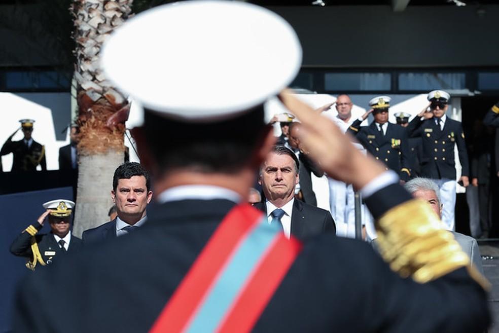 O ministro Sérgio Moro ao lado do presidente Jair Bolsonaro durante solenidade da Marinha na manhã desta terça (11) — Foto: Marcos Corrêa/Presidência da República