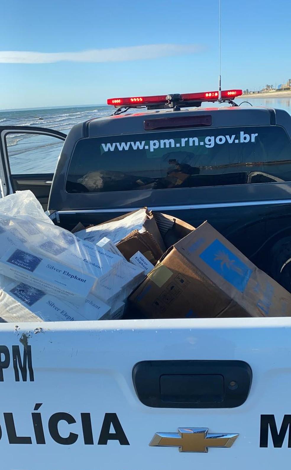 Caminhonete da PM cheia de caixas de cigarro apreendidas após serem encontradas no mar em Tibau, no RN — Foto: Cedida