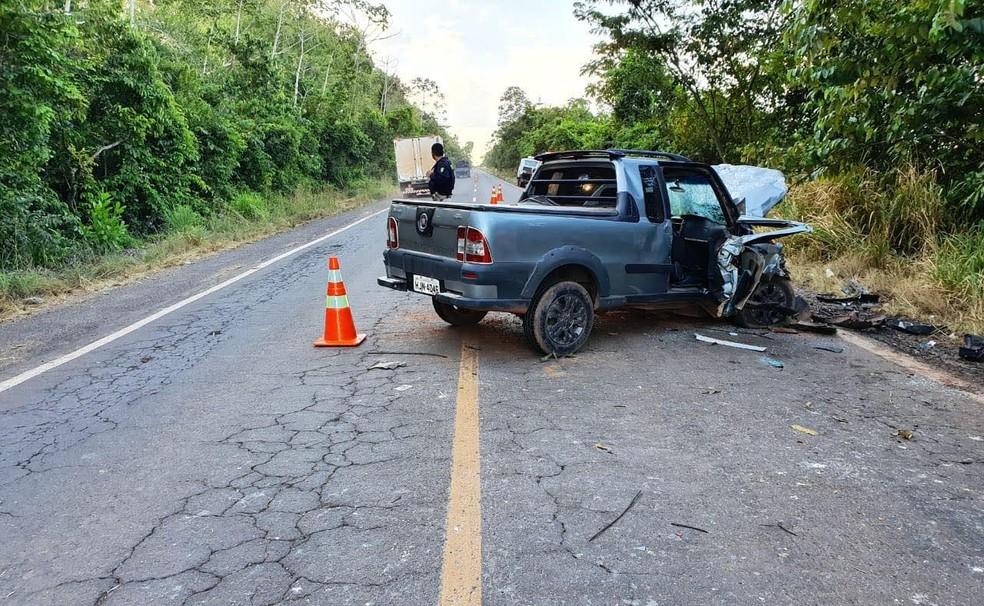 Colisão frontal deixa duas pessoas mortas e três feridas na BR-010, entre Açailândia — Foto: PRF-MA