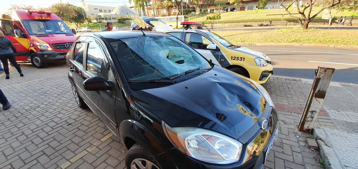 Homem é arremessado contra para-brisa de carro após ser atropelado, em Londrina