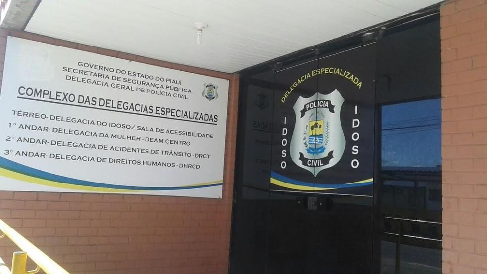 Vítima chegou a desmaiar durante o depoimento na Delegacia Especializada em Atendimento a Mulher, no Centro de Teresina. — Foto: Catarina Costa/ G1 PI