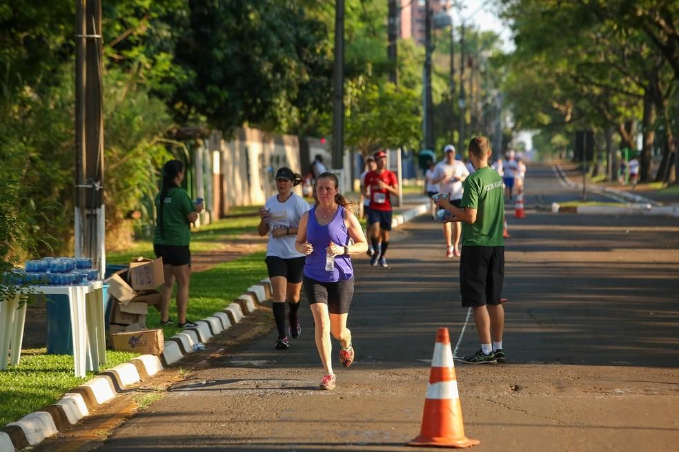 Educadores físicos recomendam atividades ao ar livre, como caminhadas e corridas, mas apenas em locais com poucas pessoas — Foto: Prefeitura de Foz do Iguaçu/Divulgação