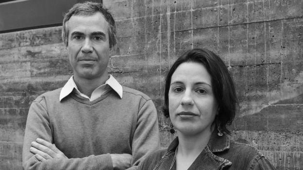 Bruno Paes Manso e Camila Nunes Dias acompanham organização de perto há quase 20 anos (Foto: Carla Arakaki/ Divulgação/ Ed. Todavia)