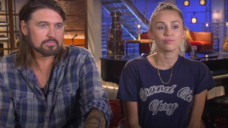 Miley Cyrus ao lado do pai, Billy Ray Cyrus: ambos são apoiadores do uso recreativo de maconha (Foto: Reprodução/YouTube)