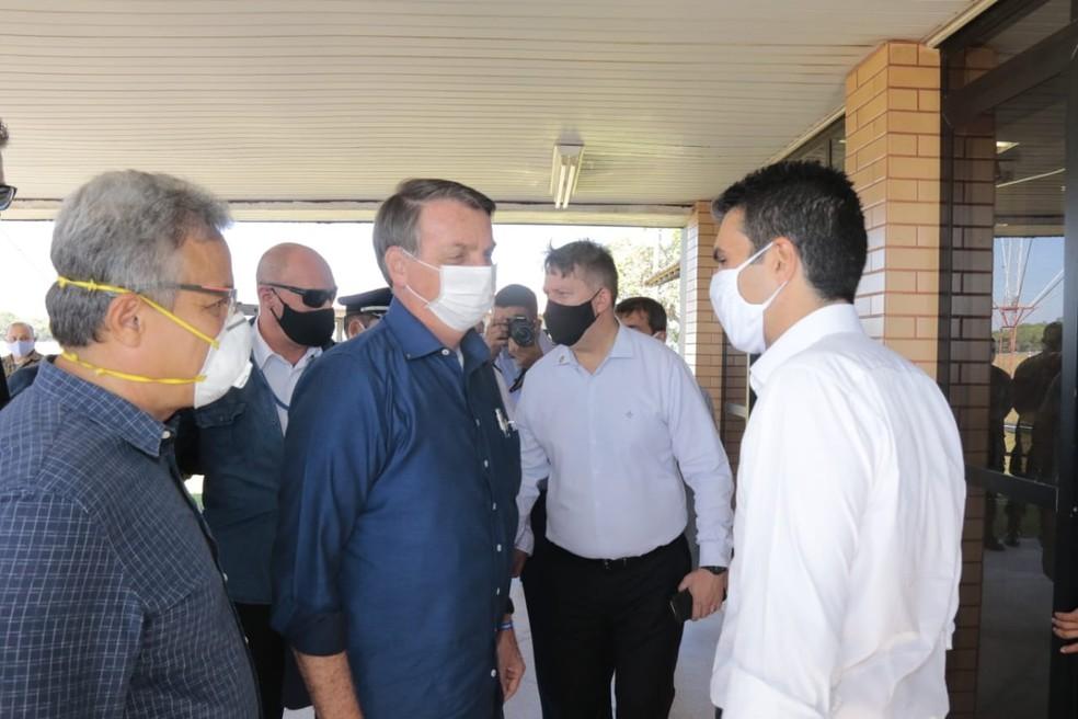 Presidente Jair Bolsonaro é recebido pelo governador do Pará, Helder Barbalho, e pelo prefeito da capital, Zenaldo Coutinho, nesta quinta-feira, dia 13 de agosto. — Foto: Agência Pará