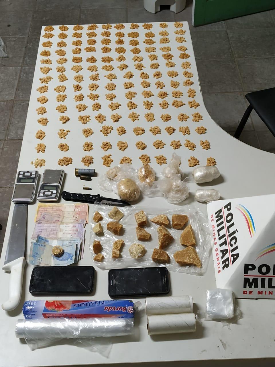 Dupla de jovens é presa e quase 3 mil pedras de crack são apreendidas em Astolfo Dutra - Notícias - Plantão Diário