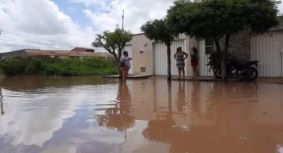 Moradores de Iguatu temem que a água invada outras residências. — Foto: Reprodução