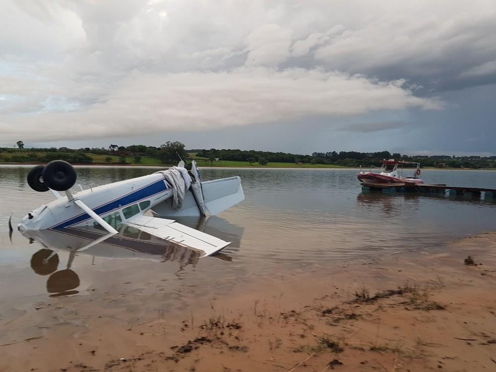 Após a queda, piloto saiu nadando e passa bem (Foto: Divulgação)