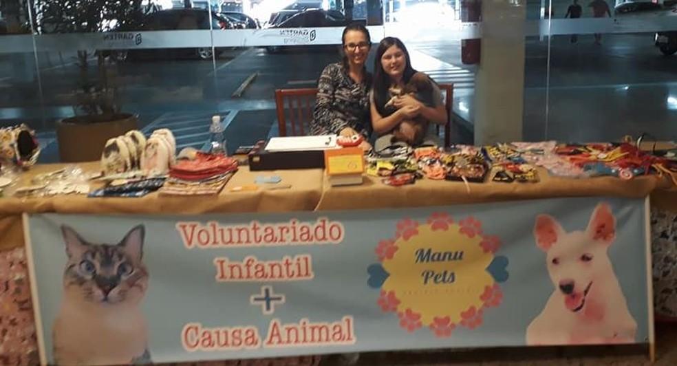 Manuela durante um bazar em prol dos animais carentes (Foto: Manu Pets/Divulgação)