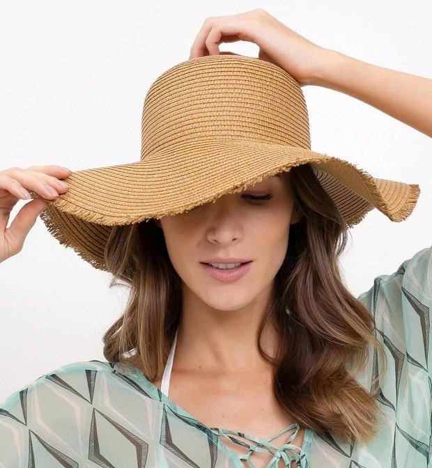 Cheio de estilo, este chapéu de palha com barra desfiada promete fazer sucesso tanto na beira da piscina, quanto na praia. 100% composto de fibra de papel. Bossa Nossa, R$49,90. (Foto: Divulgação)
